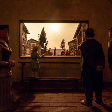 Familia viendo un diorama
