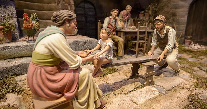 Padres jugando con niño en el balancín